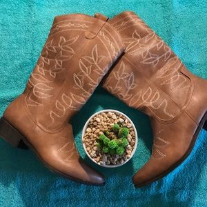 Cowgirl Boots size 8 1/2 color coffee latte'